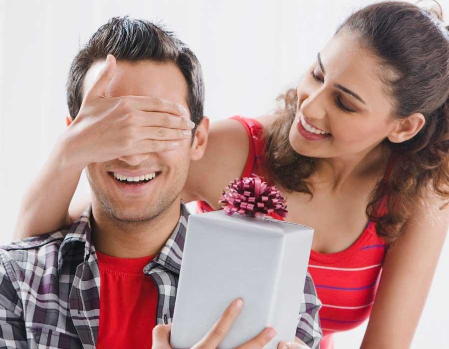 أكثر من 10 أفكار لهدايا للزوج في عيد ميلاده