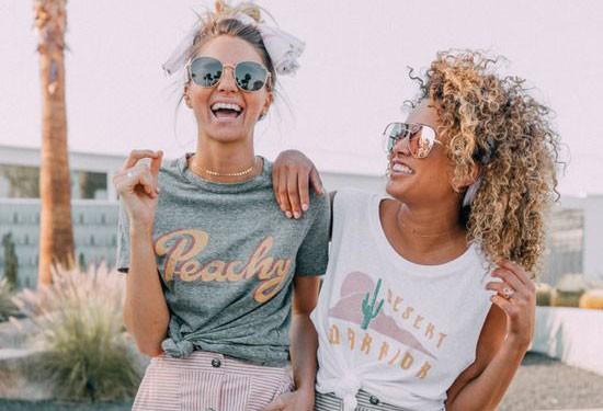 أكثر من 30 فكرة لتنسيق التيشيرت المطبوع مع ملابسك