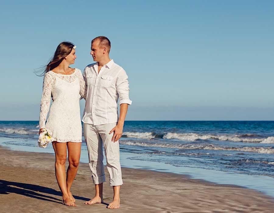 الاحتفال بعيد الزواج بطريقة بسيطة ورومانسية