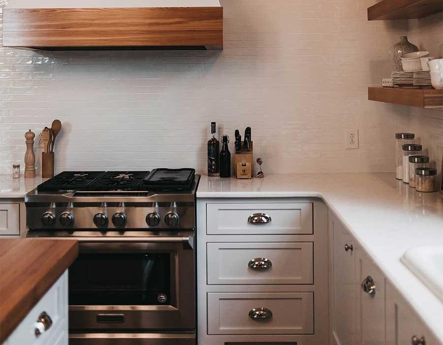 تصميمات مطابخ تناسب المساحات الصغيرة بألوان جريئة احكي