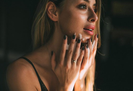 تقشير الوجه فوائده والأخطاء الشائعة وكيف نستفيد منه
