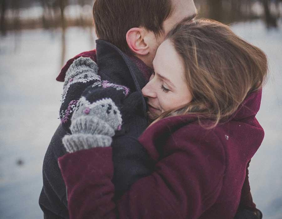 فوائد لممارسة العلاقة الحميمة في الشتاء