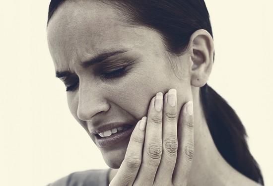 10 وصفات طبيعية للتخلص من آلام الأسنان