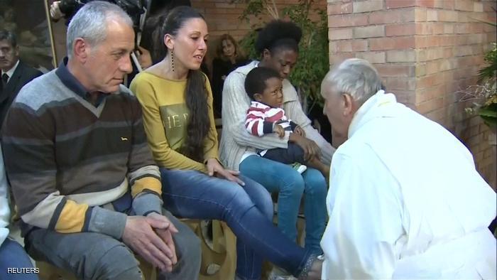 """الكاثوليكية تشرك النساء في """"غسل الأرجل"""""""