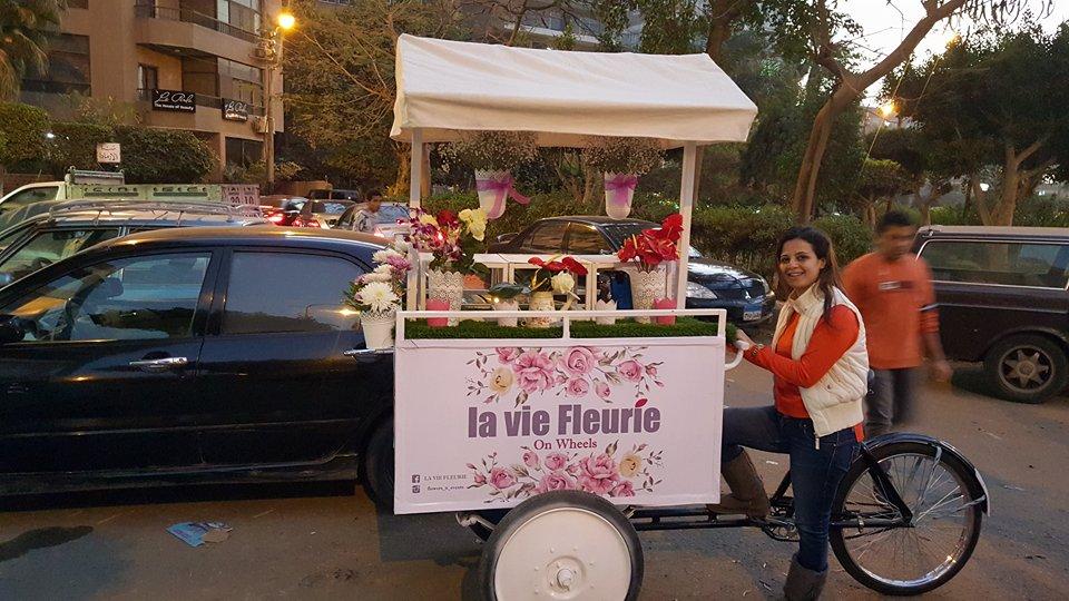 السعادة والإيجابية رسائل الزهور في شوارع القاهرة