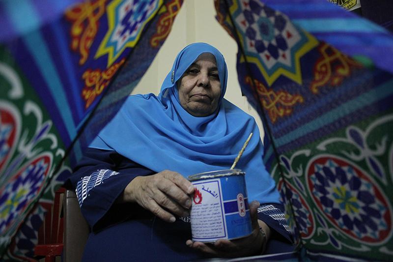 """""""منى"""" تتلقى فن صناعة الفوانيس من ابنتها في سن السبعينات"""
