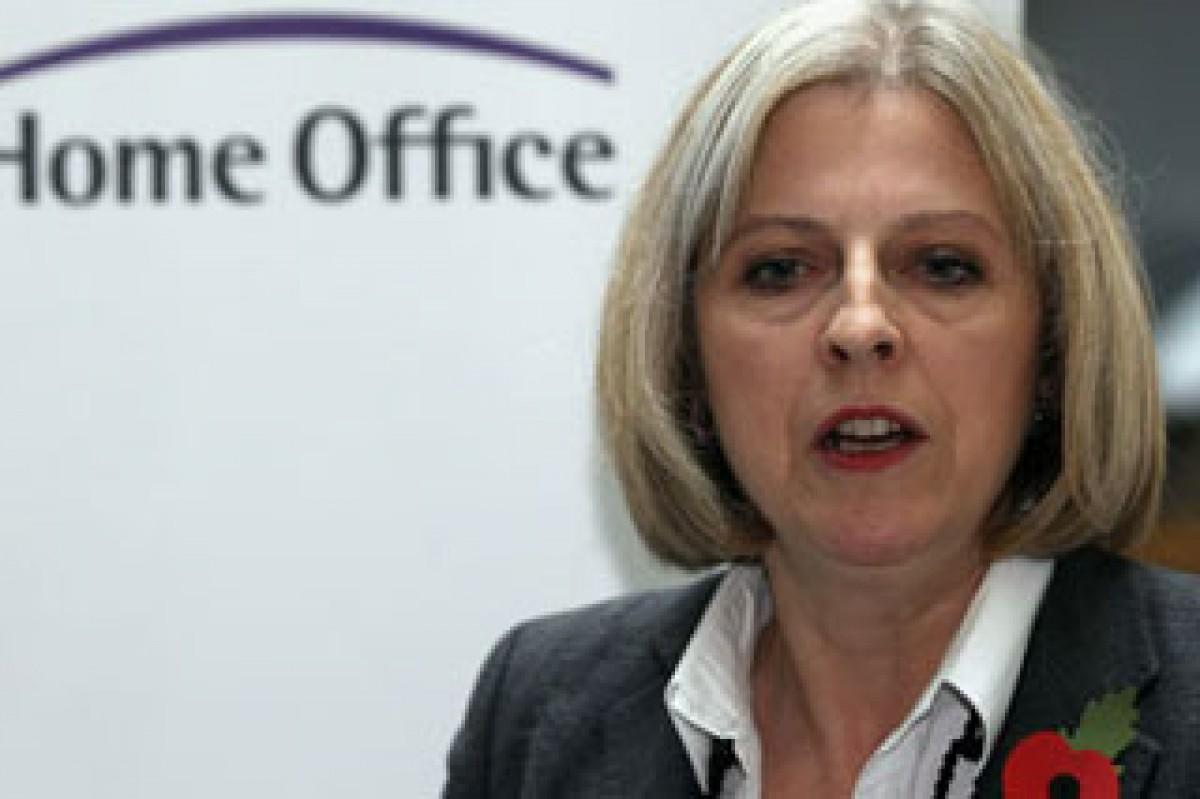 """تيريزا ماي"" تقود بريطانيا خارج (اليورو)"