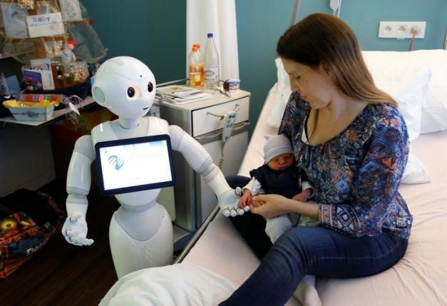 بلجيكا تستخدم روبوت في غرف الولادة يتحدث 19 لغة