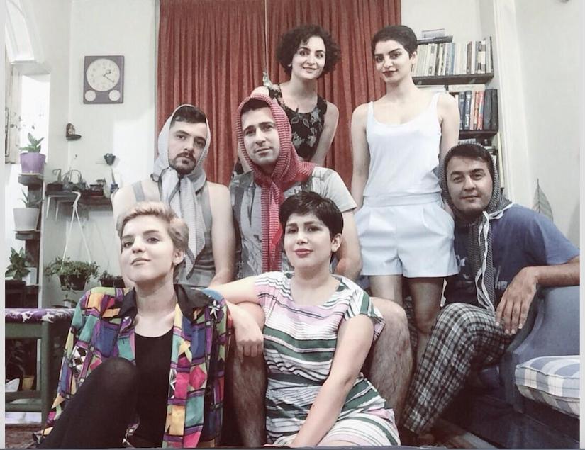 إيرانيون يرتدون الحجاب بدلًا من زوجاتهم