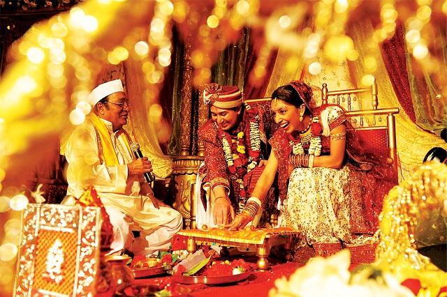 """الحلقة الأولى .. """"يدهنون العروس بالكركم"""" .. تقاليد الزواج في الهند"""