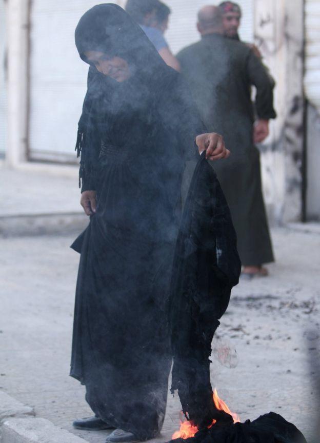 """بالفيديو: نساء مدينة """"منبج"""" السورية يحرقن النقاب بعد تحرير المدينة من """"داعش"""""""