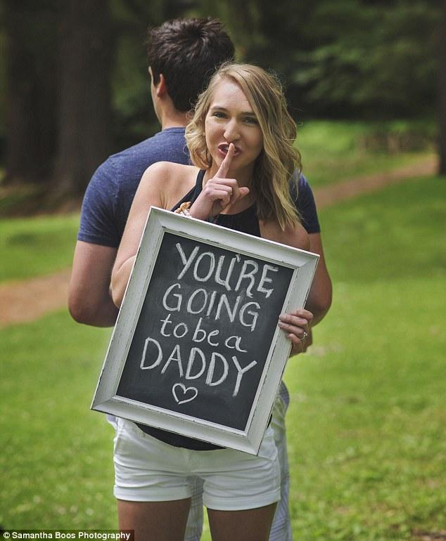 بالصور ...امرأة تفاجىء زوجها بحملها