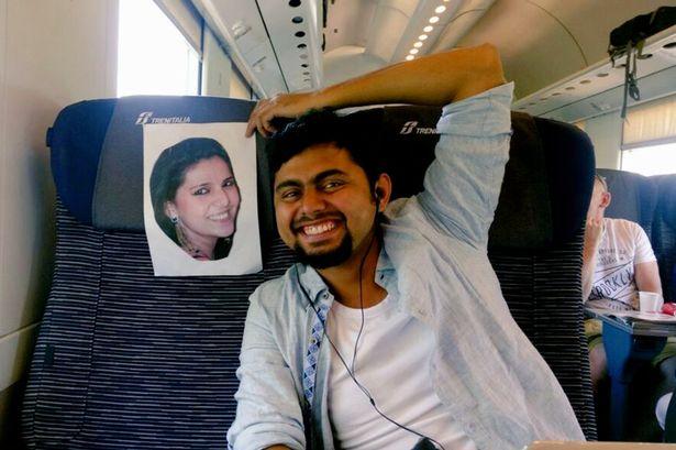 هندي يقضي شهر العسل برفقة صورة للعروس