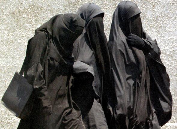 """ولاية ألمانية تدرس حظر جزئي """"للنقاب"""" ولا تسمح للمنقبات بإحضار أطفالهن من الروضة"""