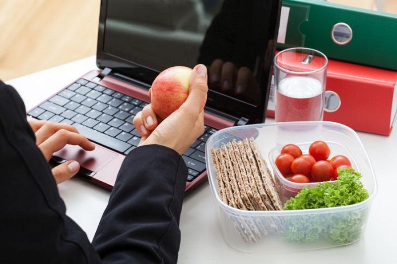 5 طرق للحصول على وجبات صحية في العمل