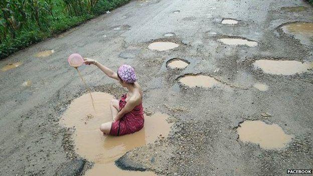 """تايلاندية تعترض على """"حُفر"""" الطريق بالاستحمام فيها"""