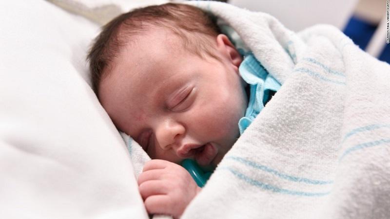 طفلة تولد مرتين بعد إجراء جراحة لإزالة ورم