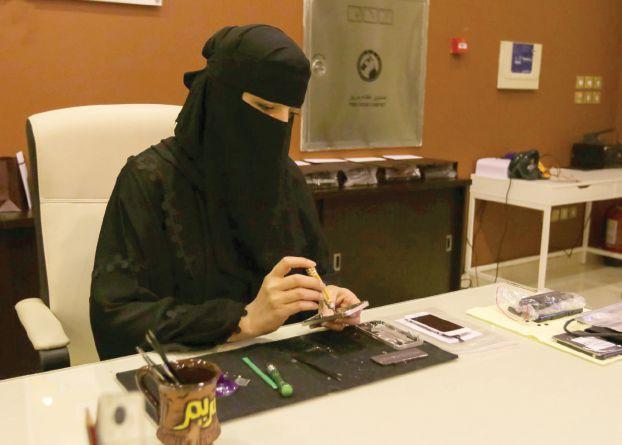 سعودية تفتح محلا لصيانة الهواتف للسيدات فقط