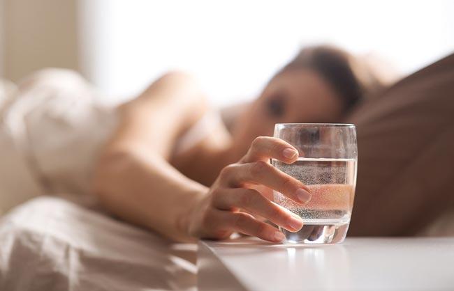 تعرفي على الطريقة المثلى للاستفادة من شرب المياه على معدة فارغة