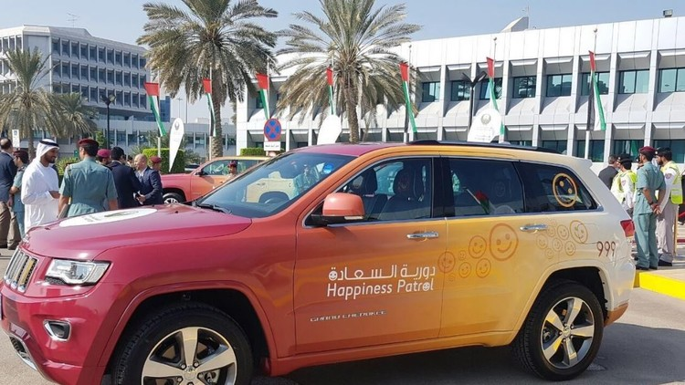 """وزيرة السعادة الإماراتية تطلق """"دورية السعادة"""" لمكافأة السائقين"""