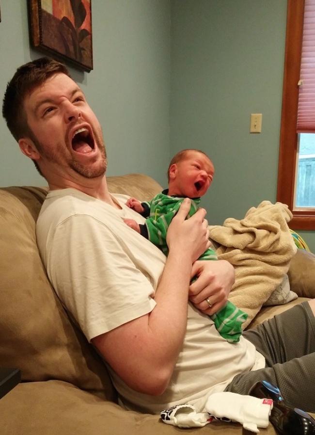 بالصور..طريقة النوم تجعل الطفل صورة طبق الأصل من والده