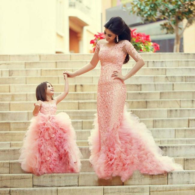 بالصور..إطلالات رائعة لأمهات مع بناتهن