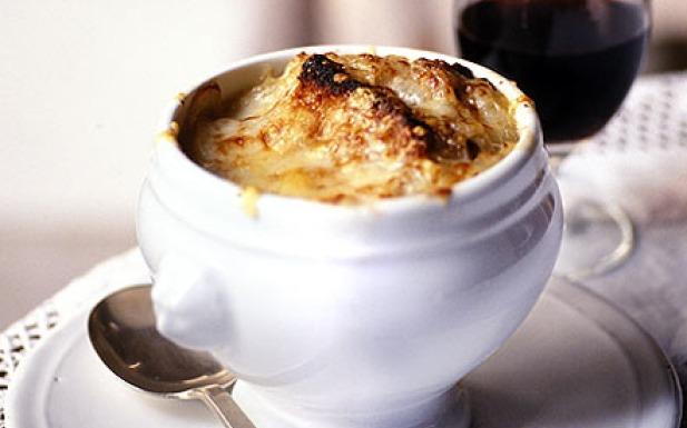 طريقة تحضير شوربة البصل الفرنسية بالجبنة