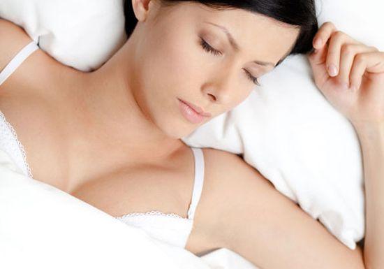 """ارتداء """"حمالة الصدر"""" خلال النوم صحي أم ضار؟"""