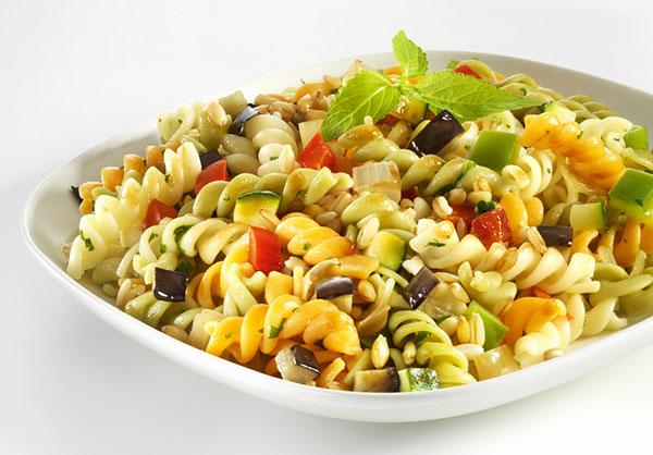 أكلة سريعة.. عمل سلطة المكرونة مع الخضراوات والمايونيز