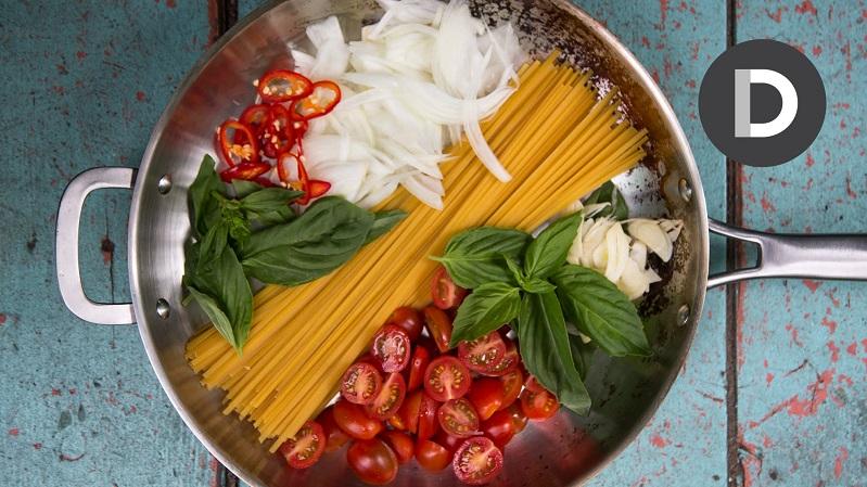 """الباستا الإيطالية في """"ربع ساعة"""".. الطهي في إناء واحد"""
