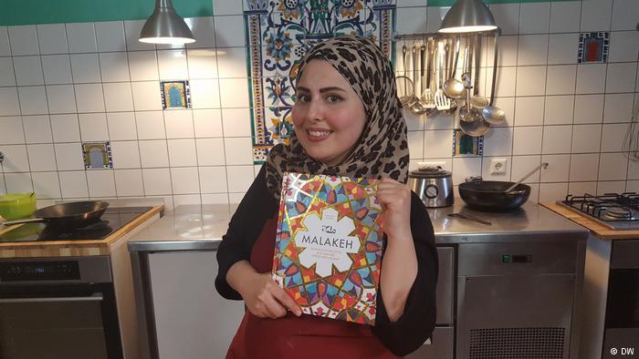"""ملكة جزماتي.. لاجئة سورية تحافظ على التراث الشامي بـ """"المطبخ"""""""