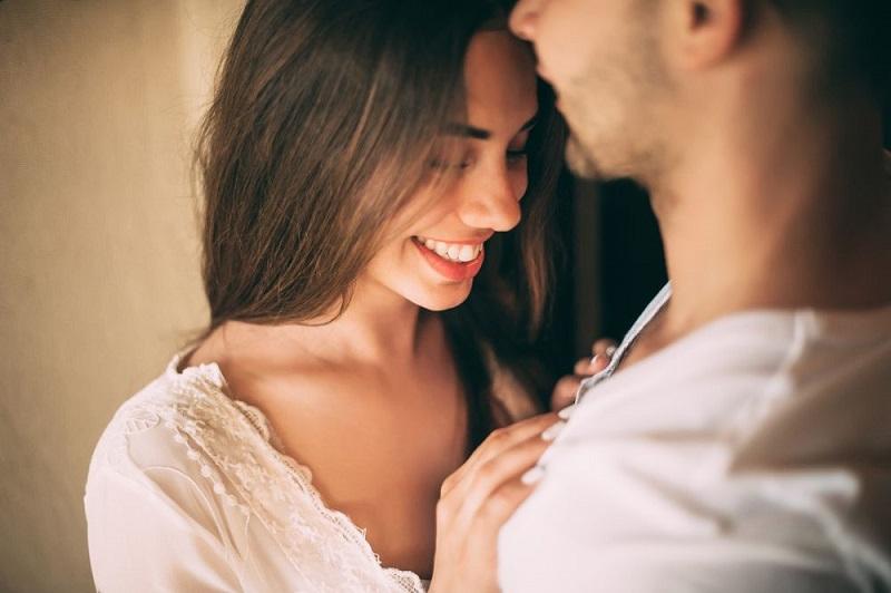 10 جمل يقولها الرجل لمن يحبها