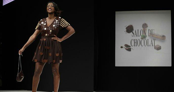 أزياء من الشيكولاتة في معرض بباريس