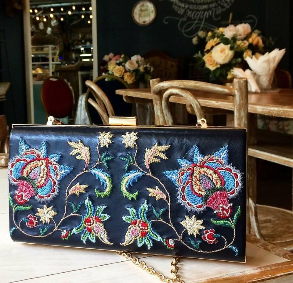التطريز اليدوي على حقائب اليد يحولها إلى تحفة فنية