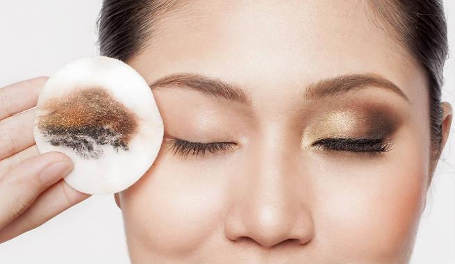 تعرفي على الطرق الصحيحة لإزالة مكياج العيون