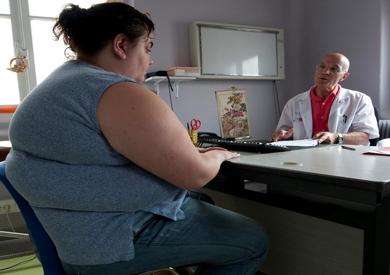 طبيب.. تحويل المسار والتكميم أفضل العمليات لأنقاص الوزن الزائد
