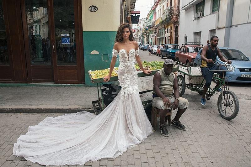 """دار أزياء Julie Vino تطلق مجموعتها الجديدة لفساتين الزفاف في شوارع """"كوبا"""""""