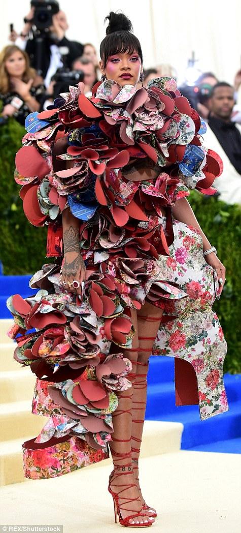 """أسوأ الأزياء في 2017 .. أشهرها""""بيجاما"""" فيكتوريا بيكهام"""