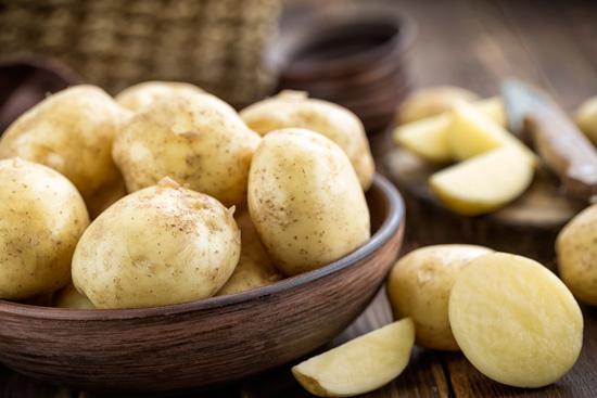 5 أطعمة تتحول إلى سموم إذا تم تناولها دون طهي