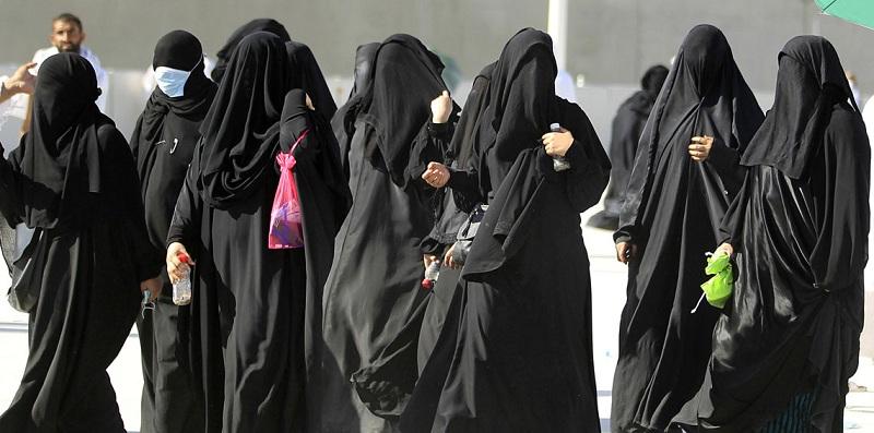 عضو هيئة كبار العلماء: السعوديات غير ملتزمات بارتداء العباءة