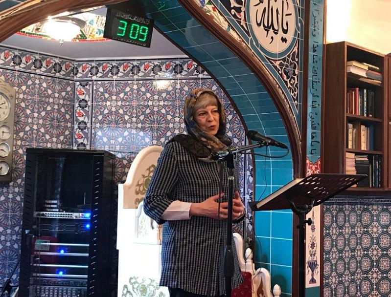 """تيريزا ماي بالحجاب في مسجد من أجل """"التعرف على الإسلام"""""""