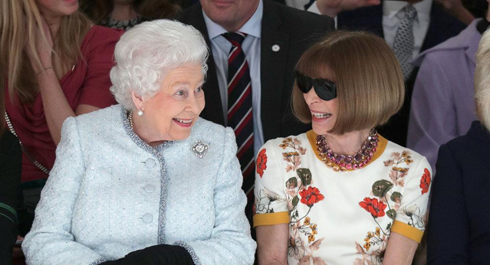 الملكة إليزابيث تحضر للمرة الأولى في أسبوع الموضة في لندن