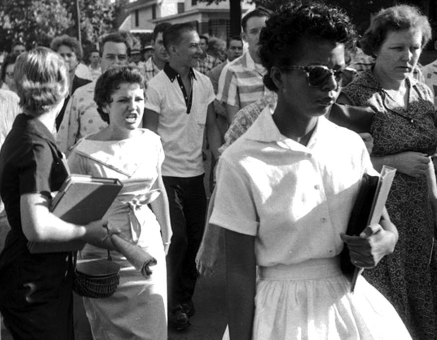إليزابيث إيكفورد.. الطالبة الأمريكية التي واجهت التفرقة العنصرية
