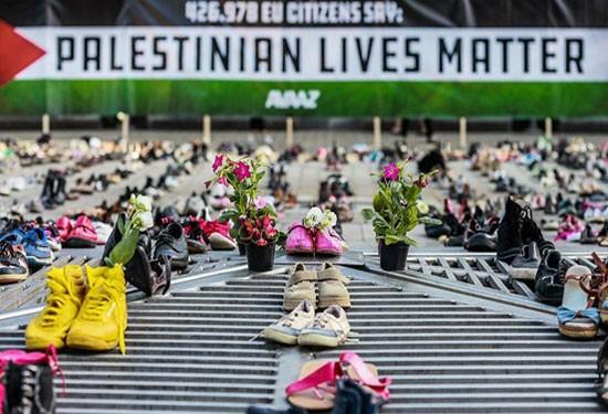 4500 حذاء أمام مقر الاتحاد الأوروبي تضامنًا مع فلسطين