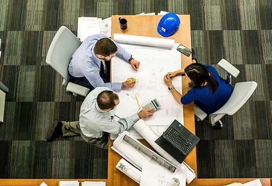 4 طرق لتعيين والاحتفاظ بالموظفين الناجحين