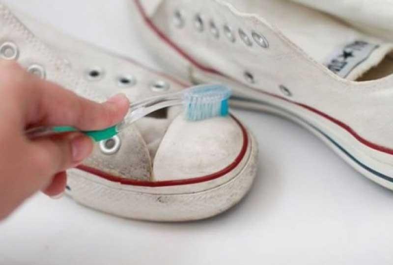 تنظيف الكوتشي الأبيض بمعجون الأسنان