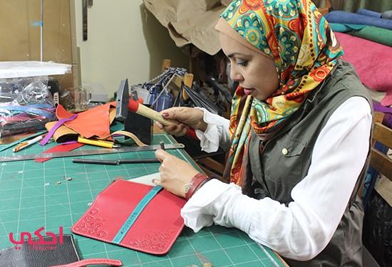 """بالنحاس والجلد توثق """"رانيا هلال"""" التراث.. وتسعى للتصدير"""