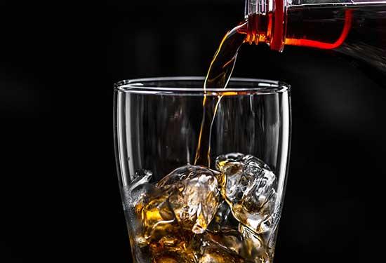 أضرار المشروبات الغازية على الكلى والعظام والصحة العامة