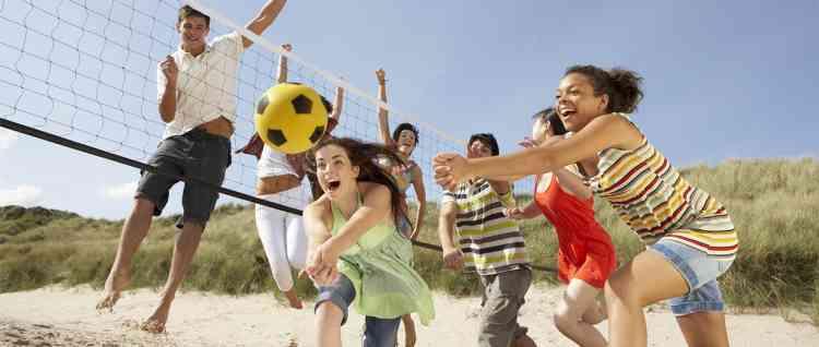 ألعاب جماعية على البحر استمتعوا بها بدلا من هواتفكم