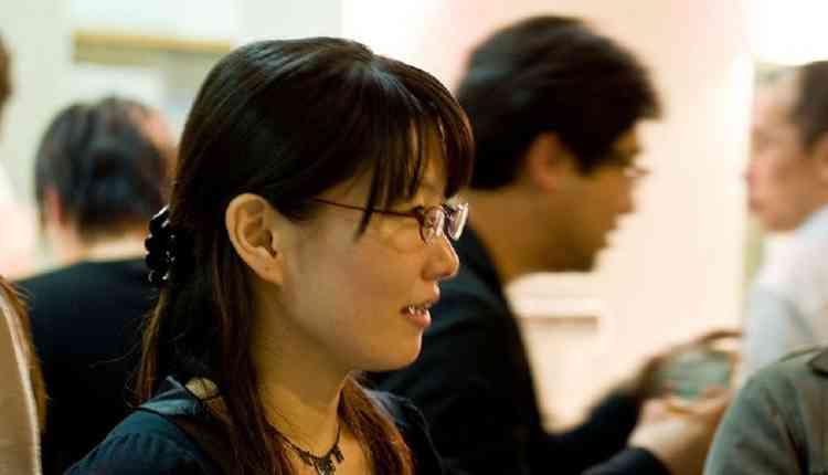 شركات يابانية تمنع النساء عن ارتداء النظارات الطبية